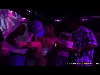 brooke wylde wird gangbanged in einem club