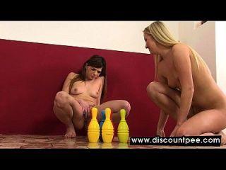 wunderschöne Lesben pissen und spielen mit ihren Pussies