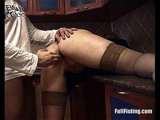 blonde Hausfrau in Strümpfen erhält tiefe Pussy Fisting