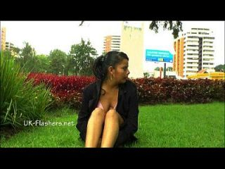 Amateur Latina Beatriz öffentliche Nacktheit und Squirting Masturbation von Chubby Flash