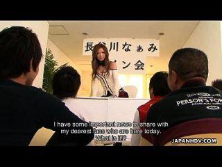 asiatischer Pornostar wird von ihren beiden Fans verdreht