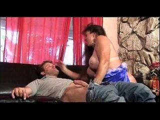 Knebeln auf Dick ist ein Muss für diese busty Schlampe