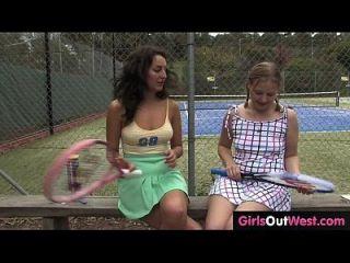heiße weibliche Tennis-Couch geleckt von ihrem niedlichen lesbischen Trainee
