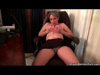 alte Sekretärin Kelli streift und fingert ihre haarige Pussy