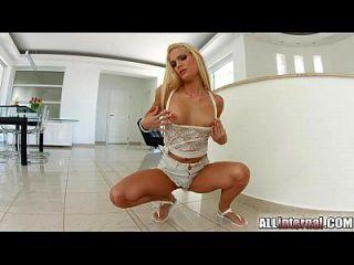 allinternal atemberaubende Blondine zeigt ihre unordentliche Creampie