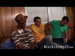josh dean teilt seinen ersten schwarzen Schwanz mit einem Freund