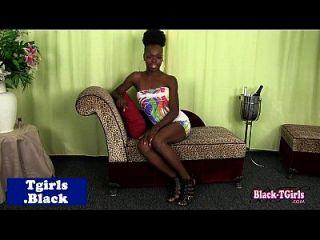 skinny black tgirl zerrt sie schlong