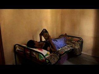 sexy junge tamil Mädchen lesbische Bett-Szene streicheln Nabel Pussy und Nippel Slip