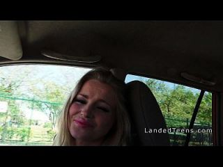 sexy blonde Teen Hitchhiker saugt Hahn
