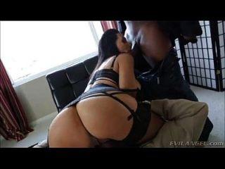 sexy Schlampe hart von schwarzen Jungs gefickt