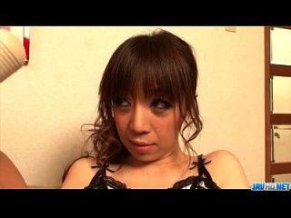mai serizawa bekommt zwei leckere Schwänze, um ihre nasse Möse zu zertrümmern