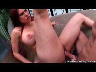 Hot Milf Sheila Marie bekommt Cumshot auf ihre großen Titten