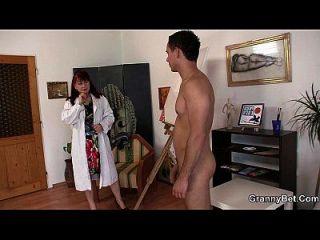 heiße Oma genießt es, sein großes Fleisch zu reiten