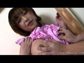 unterwürfige japanische Magd, die eine dicke Last auf ihr unschuldiges Gesicht nimmt