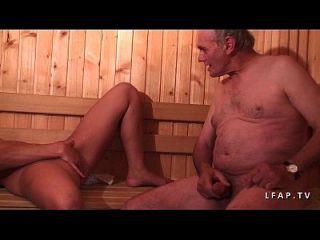 jeune beurette sodomisee dans un gangbang dans un sauna avec papy