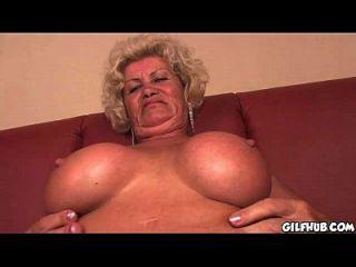 freche Oma, die Porno-Magazin liest, bis sie nass wird