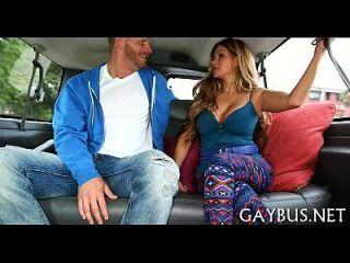 wilder Penis reitet in einem Auto