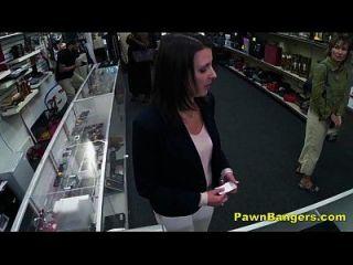 frecher Ladenbesitzer knallt die Pussy des Kunden