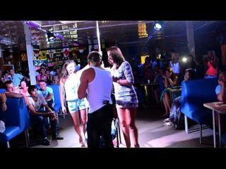 Geile Mädchen geben Lap Dance und packen Jungs Schwanz