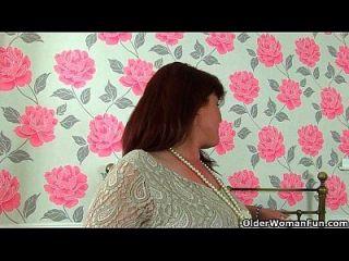 britische milf janey masturbiert ihre unrasierte pussy