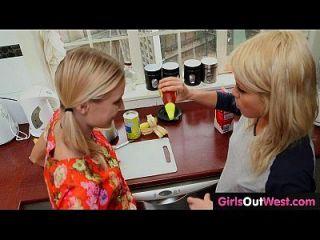 schlank blonde lesbische Babes lecken sich in der Küche