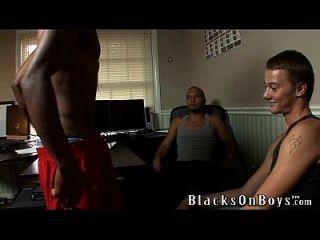 Xenar wird von zwei geilen schwarzen Jungs gefickt