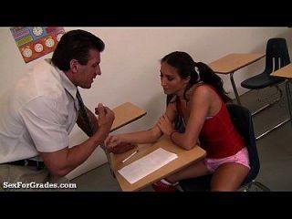 jugendliche Schlampe verführt ihre Lehrerin nach dem Unterricht!