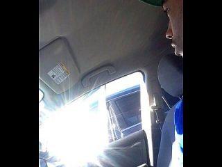 dick blinkt milf im Auto