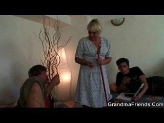 zwei Jungs knallen sehr alte Putzfrau