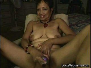 asiatische Oma masturbiert auf Webcam