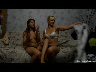 zwei sexy Mädchen, die Spaß auf einer Couch haben
