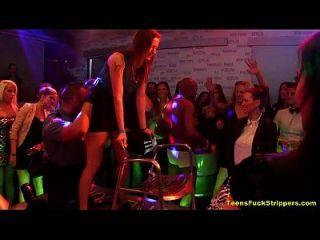 Hahn verrückt Mädchen setzen cfnm Stripper auf Party