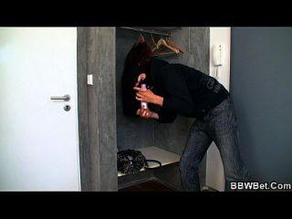 Busty Plumper wird von geilen Einbrecher geplagt