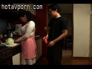 Einsame japanische Hausfrau spielt mit ihrer bärtigen Muschel in der Küche