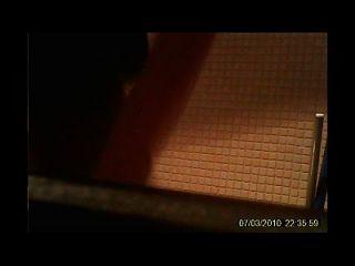 WC hiddencam Teen niedlich im Badezimmer