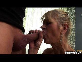 alte verdammte Dame bekommt ihr Arschloch anal gefickt