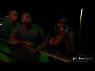 schwarzes Paar lädt einen Stripper für einen heißen Dreierknall ein