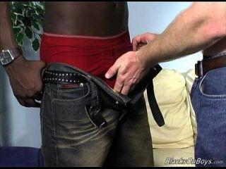 Dakota hat einige männliche Spaß mit einem schwarzen Mann