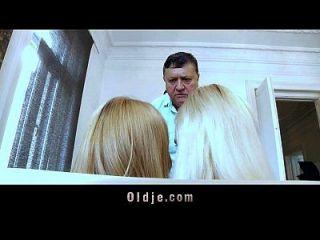 blonde maids geben bossy alten Mann rimming und doppelte Pussy