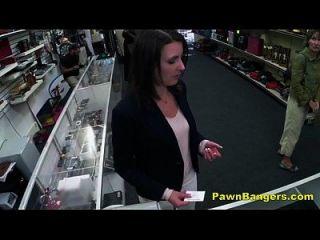 Kunde nimmt Hahn in ihre behaarte Pussy für Bargeld