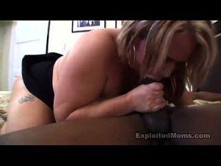 bbw mom nimmt einen großen schwarzen Schwanz in diesem Amateur-Video