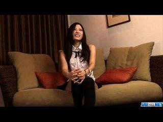 Brünette Puppe Yui Komine nutzt ihre Lippen zu verschlingen Hahn