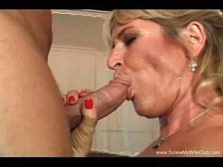 Blonde Swinger Frau versucht zwei Schwänze