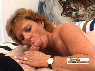 reife Dame arbeitet einen großen fetten Schwanz und bekommt eine Gesichtsbesamung