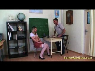Lustige Schulmädchen lernt über fuck