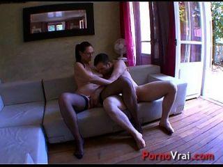 geile, reife Dame macht sich auf den Schwanz eines Jungen! französischer Amateur