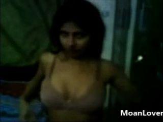 meine Freundin zeigt mir ihre sexy Körper moanlover.com