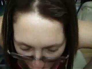 Brunette Amateur Freundin mit Brille gibt Blowjob und Fahrt