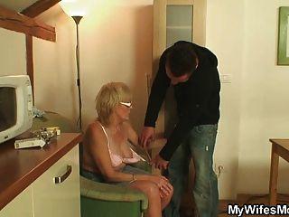 muskulösen Kerl seine Wifes Mutter ficken