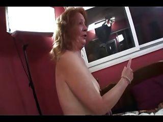 Oma redet und redet nimmt Zähne für Gummibärchen Blasen aus
